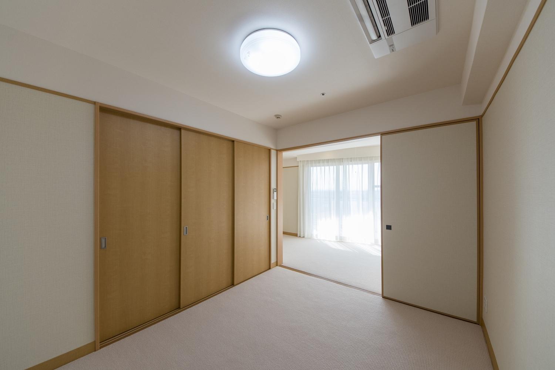 居室/天井をはじめお部屋全体のクロス、カーペットの張り替えを行いました。カーテンも新しく交換して、リフレッシュしました。