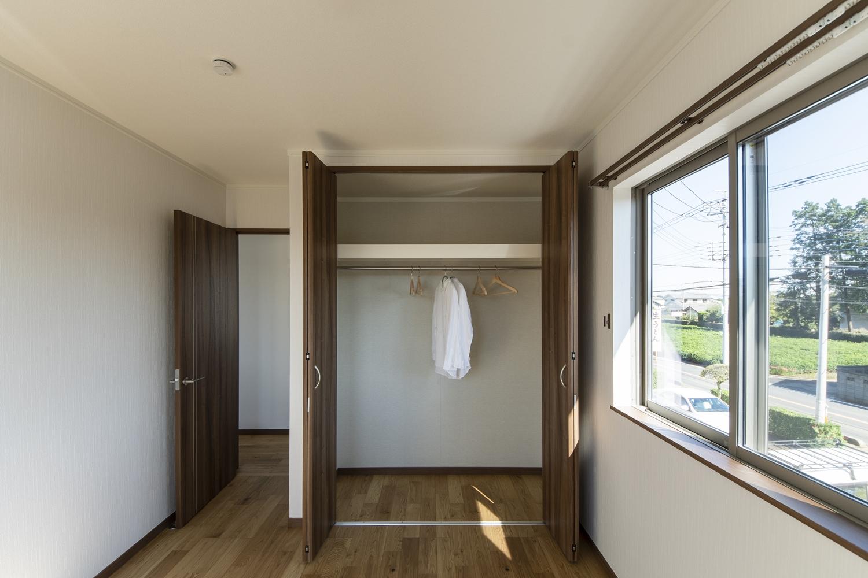 2階洋室/大きなクロゼットを設え収納たっぷり!住空間を広々とご使用できます。