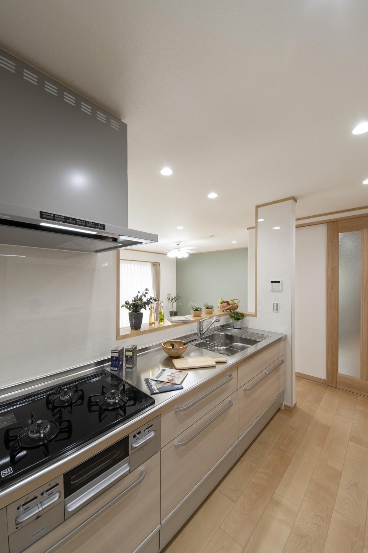 キッチンの扉は、ベージュ系の木目柄です。ナチュラルで温かみのある空間になりました。