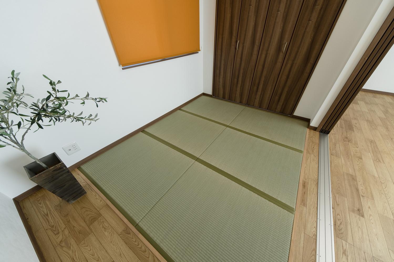 赤ちゃんをお昼寝させたり、大人もゴロンっと横になれる畳敷き洋室。