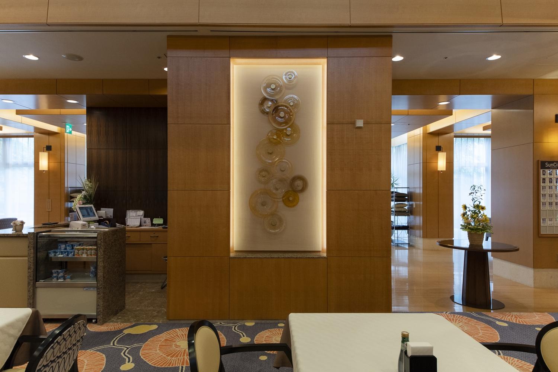 レストラン/アート作品を飾る為に、作品に合わせて壁の一部をくり抜き、間接照明を施しました。