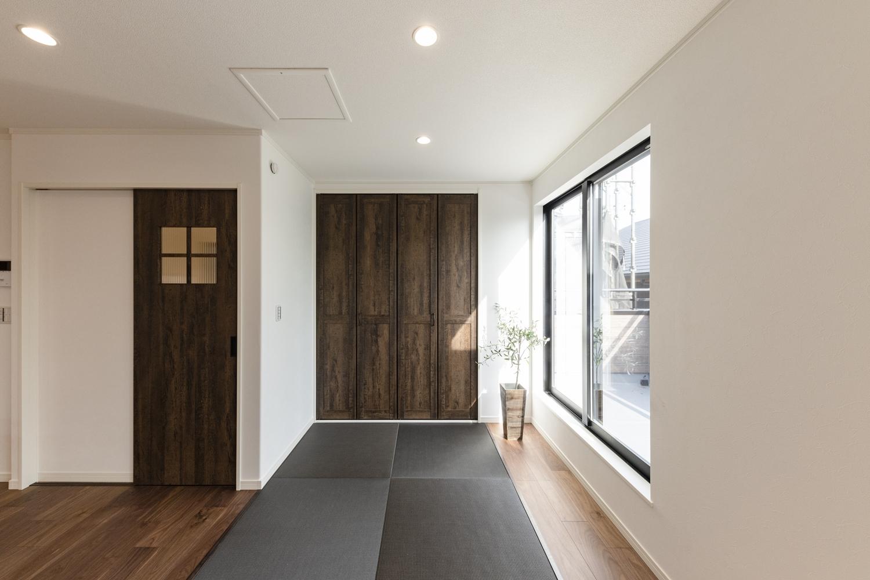 畳スペース/シックな配色の畳を敷いたおしゃれでモダンな空間。