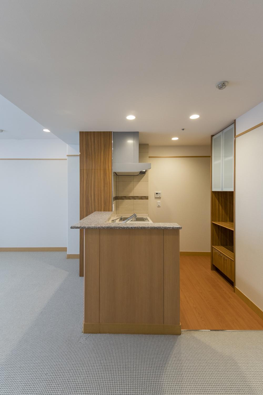 居室/独立した部屋にあったキッチンの壁を壊し、リビングと繋げてお部屋を広くしました。家事を楽しみながらお部屋を見渡せる対面式キッチンに大変身しました。
