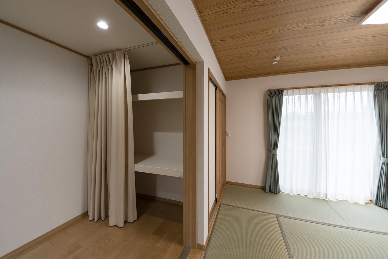 畳敷き洋室/大きな家具を置いたり、書斎としても使える納戸スペースを和室と隣接させました。収納たっぷりで、住空間を広々とご使用できます。
