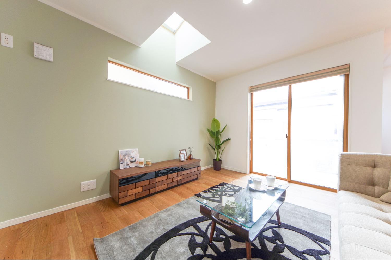 トップライト(天窓)から、やさしい光が降り注ぐ、明るく開放的なリビング。