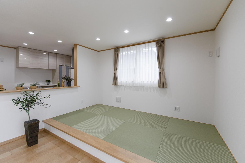 色味とデザインの違うグリーンの畳を市松敷きに並べて、モダンな印象に仕上がりました。