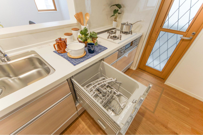 ナチュラルで温かみのある配色のキッチン。食器洗い乾燥機を施し機能美も充実させました♪