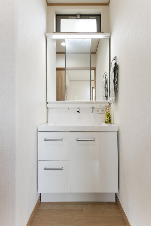 2Fにも洗面化粧台を設えました。あわただしい朝でも2台目の洗面台を活用することで、家族と被らず身支度がスムーズに!