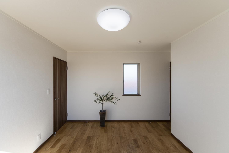 季節の衣類をたっぷり収納してくれる4帖のウォークインクロゼットを設えた2階洋室。