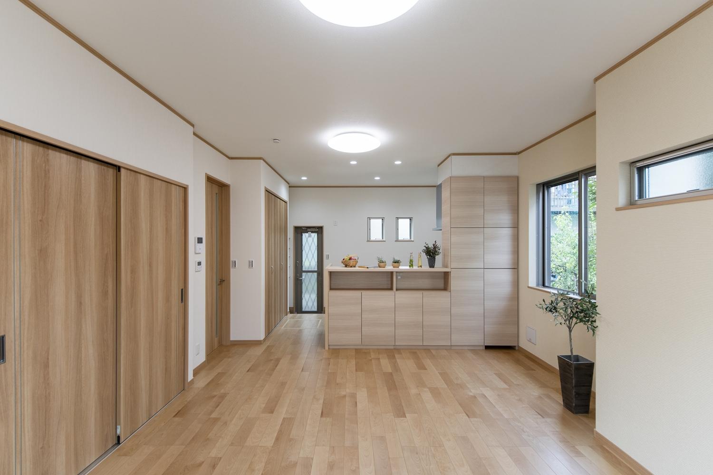 温水を利用して足元から暖める温水式床暖房を設置。リビングからキッチンまでやさしいぬくもりで包みます。