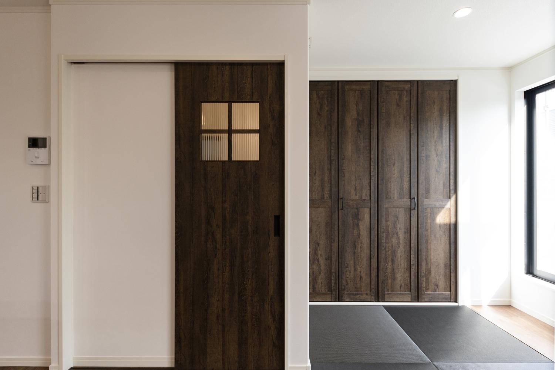 味わいの増した木質の風合いを表現した、ヴィンテージ感のあるおしゃれな建具を施しました。
