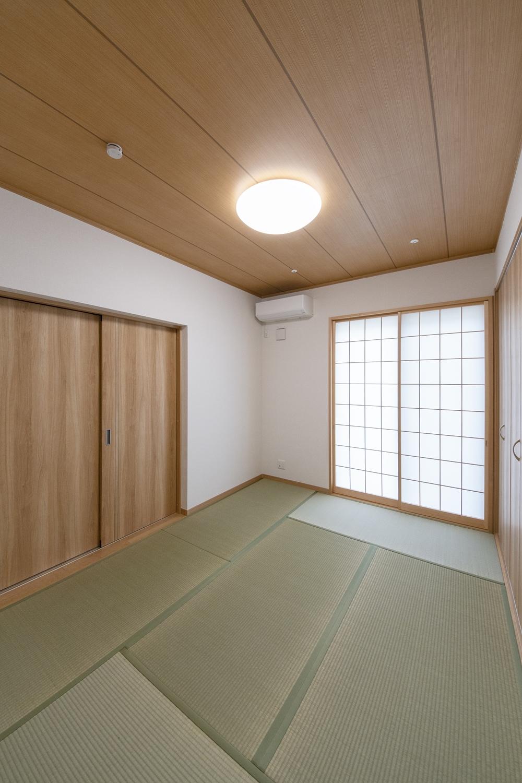 畳のさわやかなグリーンが空間を彩る、リビング隣の畳敷き洋室。