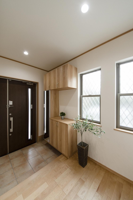 窓から自然光が差し込む、明るい玄関。気持ち良くお客様をお迎えできます。