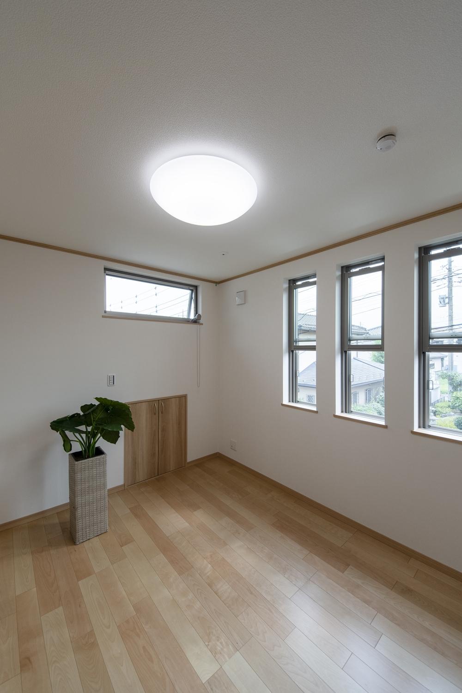 2階洋室/3連の上げ下げ窓が、やさしい光とさわやかな風を室内へと誘います。