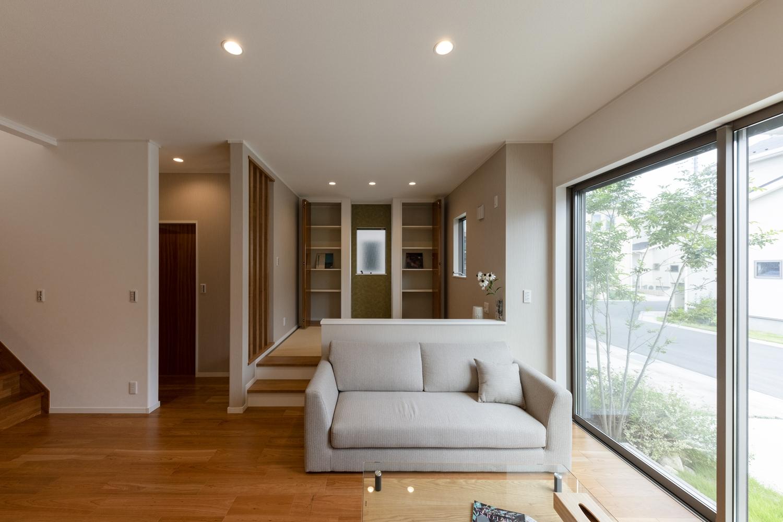 窓から自然のやさしい光が降り注ぐ、明るく開放的な空間。