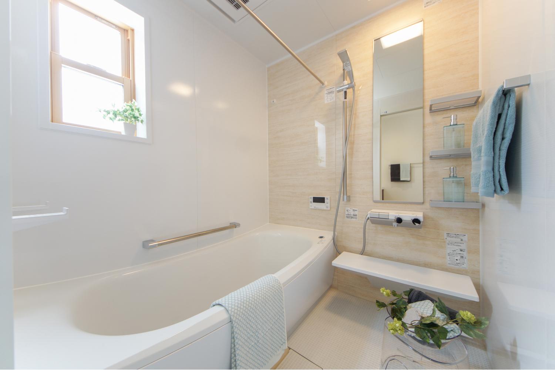 バスルーム/大理石柄のアクセントパネルが、シンプルながら高級感のある空間を演出します。