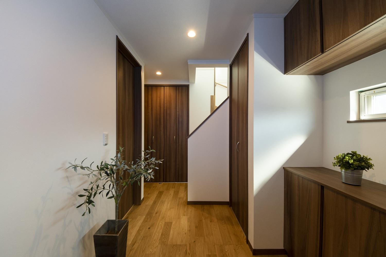 木の温もり感じるナチュラルな配色の玄関。小窓から自然の光が差し込みます。
