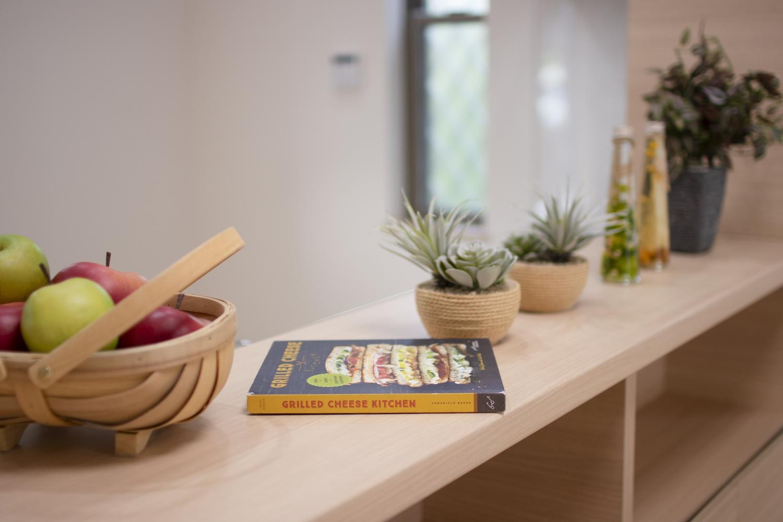 「飾る・使う・しまう」を楽しむ、おしゃれなキャビネット付の対面キッチン♪