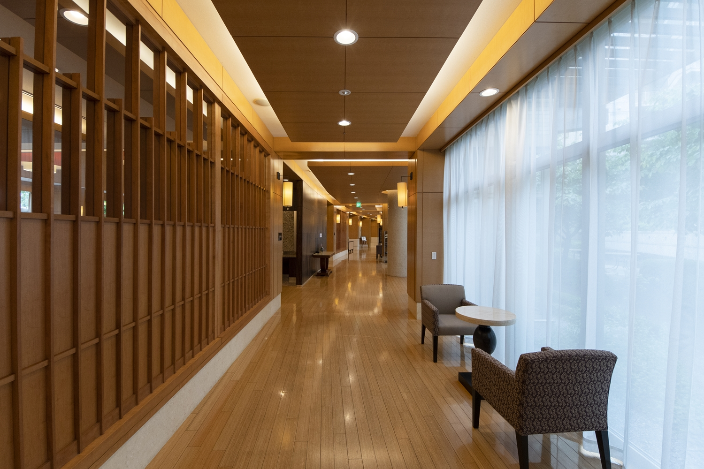 レストラン前廊下/格子デザインが目を惹く、シカモアの木製の壁を造作しました。上部はガラスになっていて、とても上品な印象になりました。