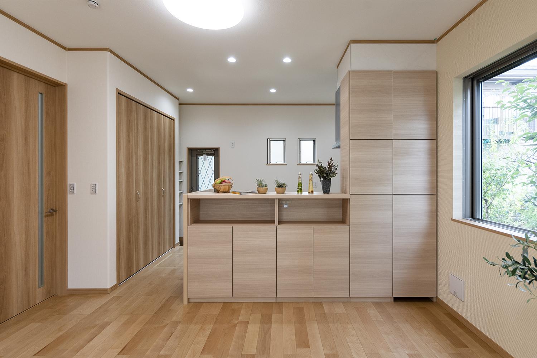 お気に入りの小物やフォトフレームを並べるのにピッタリな棚や、たっぷり収納ができるキャビネット付の対面キッチン♪