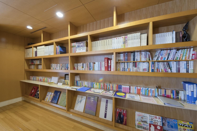 ライブラリー/シカモアの木製の本棚を設えました。大理石のカウンターも設置して、高級感のある落ち着いた印象に仕上がりました。
