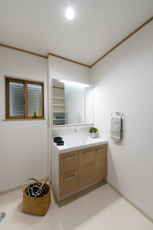 サニタリールーム/窓に、通気性・採光性を確保しながら、しっかりと目隠しできるルーバーを設置しました。