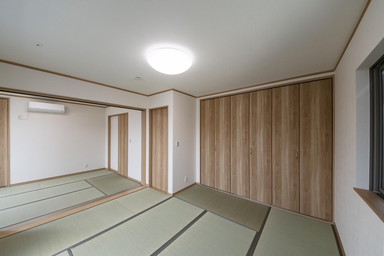 2F畳敷き洋室/2つのお部屋の真ん中に引戸を設えました。開けるとお部屋がつながり開放的に♪