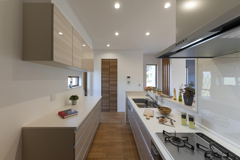キッチン背面にはキッチンと同じデザインの吊戸棚とカップボードを設置しました。