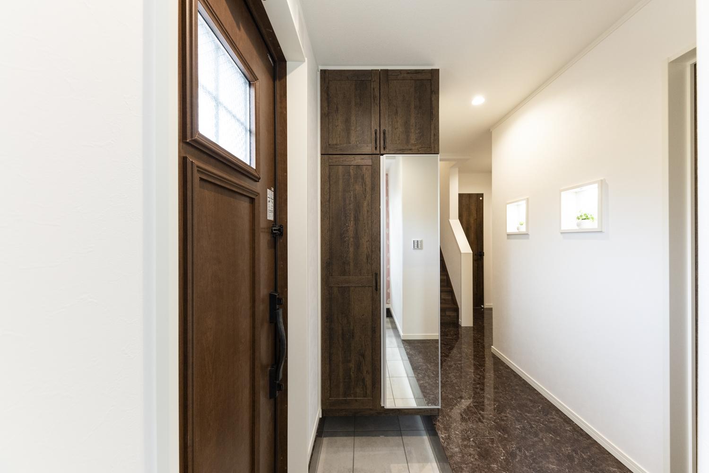 深みのある色合いのドアや収納・床が、上質で重厚感漂う空間を演出します。