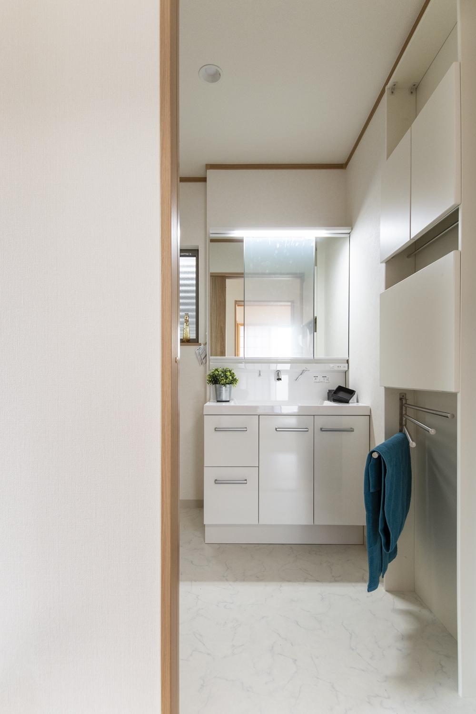 毎日使うタオルを機能的に収納できる、壁を利用した薄型キャビネットを設置。可動式のタオルハンガーが便利です♪
