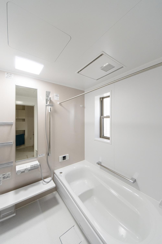 桜色のアクセントパネルが明るく柔らかい雰囲気のバスルームを演出。
