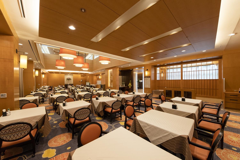 レストラン/元々の高級感のある雰囲気を壊さない様、床や、照明のシェード、一部壁のリニューアルを行い、華やかな感じとゆったり感を出しました。