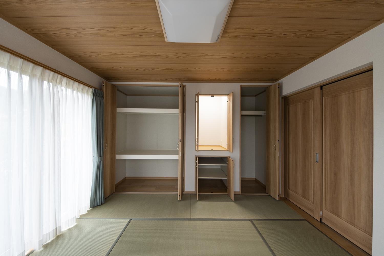 畳敷き洋室/仏間を設え和室の一角に心落ち着く空間ができました。また、納戸を隣接させ収納たっぷりで、住空間を広々とご使用できます。