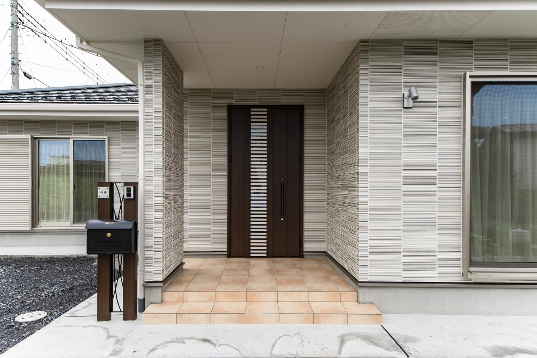 ゆとりのある玄関ポーチ。玄関ドアは、閉めたまま、自然の風を取り込む通風タイプで、戸締りはしっかりしながら風だけ通せるので防犯面も安心です。