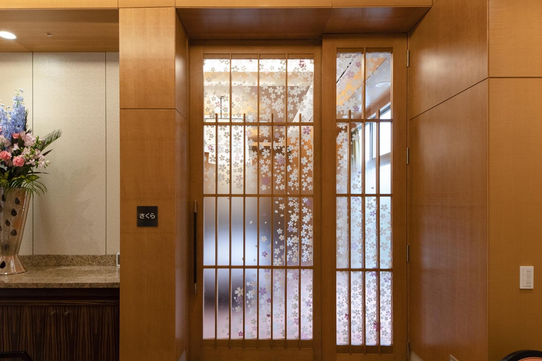 個室ダイニング/桜をモチーフにした、特注の引戸を設えました。和を感じさせる素敵な空間です。
