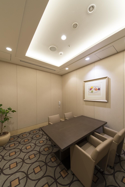 相談室/1つのお部屋を、壁を設けて2つに分けました。お部屋全体のクロスを張り替え、優雅な雰囲気を醸し出す「折り上げ天井」を設えました。