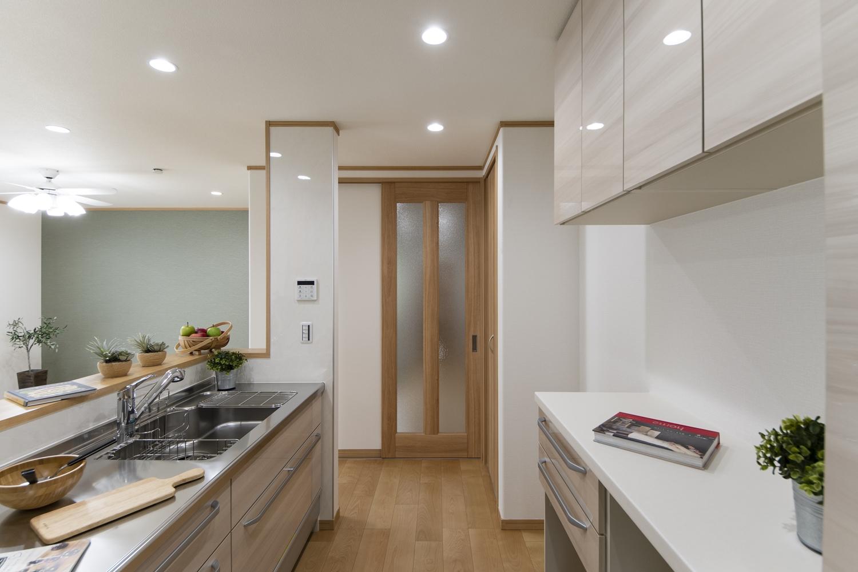 キッチン背面にはキッチンと同じデザインのカップボードや吊戸棚を施し、機能美も充実させました♪