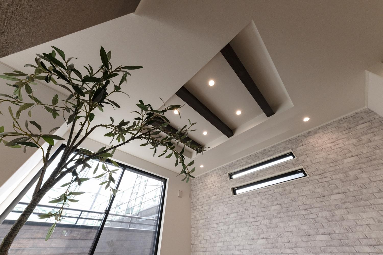 リビングは折り上げ天井にし、奥行きと立体感がでました。ダークブラウンの化粧梁が重厚感を演出します。