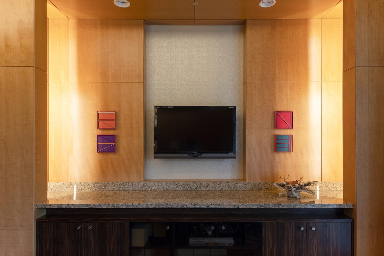 TVスペース/壁かけTV用に壁を作り直し、照明をLEDライトに交換しました。カウンターの下の家具は、ドアを付けたり、中のレイアウトを変えてリメイクしました。