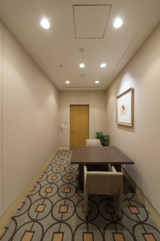 相談室/1つのお部屋を、壁を設けて2つに分け、お部屋全体のクロスを張り替えを行いました。
