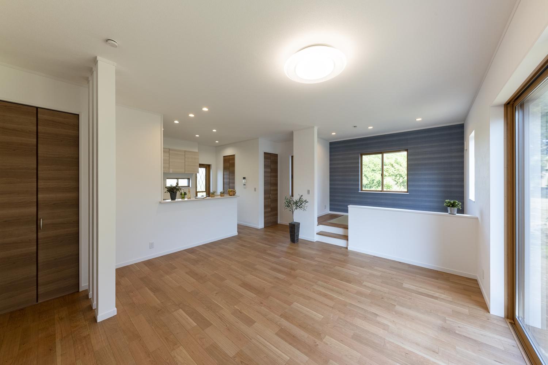 ハイスタッド仕様(CH:2680mm)で天井が高く、小上がり畳を入れると20帖超えの広さの開放的なLDK。