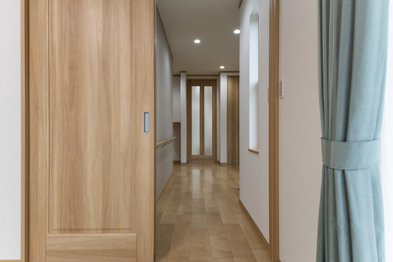 将来の事を考え、車いすでも通りやすい様、引戸を設えました。廊下もゆとりのある設計になっています。