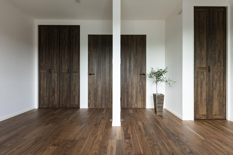 1階洋室/味わいの増した木質の風合いを表現した、ヴィンテージ感のあるおしゃれな建具。