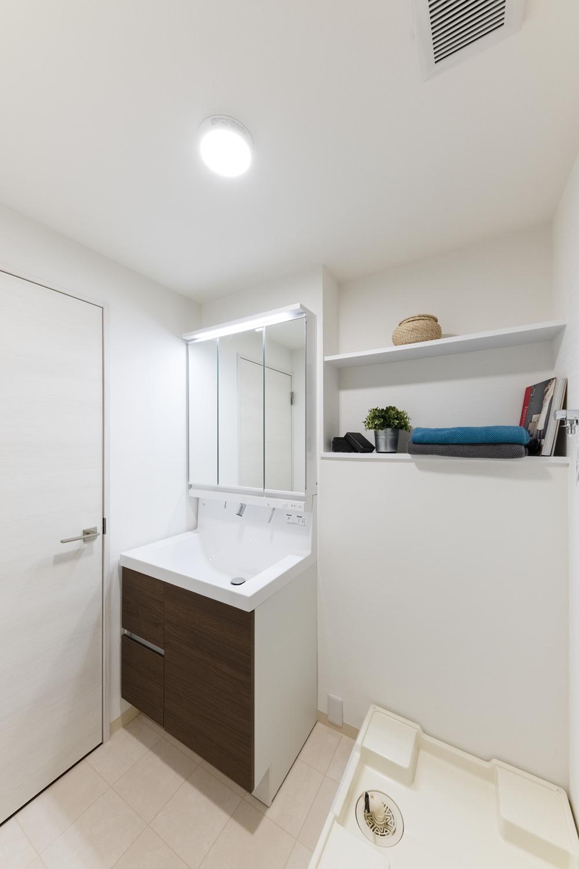 サニタリールーム/白を基調とした清潔感のある空間に大変身しました。既存のカウンター部分に、白いフィルムシートを貼りました。