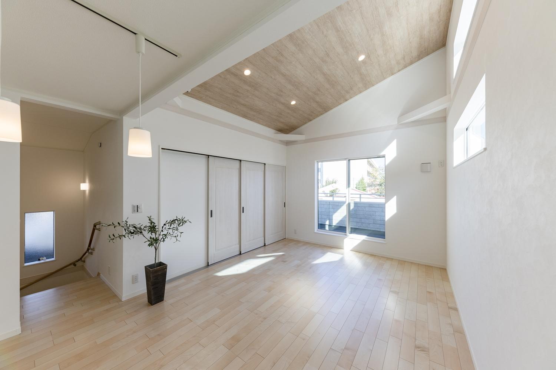2階リビングならではのデザイン!屋根の傾斜を利用した、勾配天井を設えました。開放的で広々とした空間に仕上がりました。