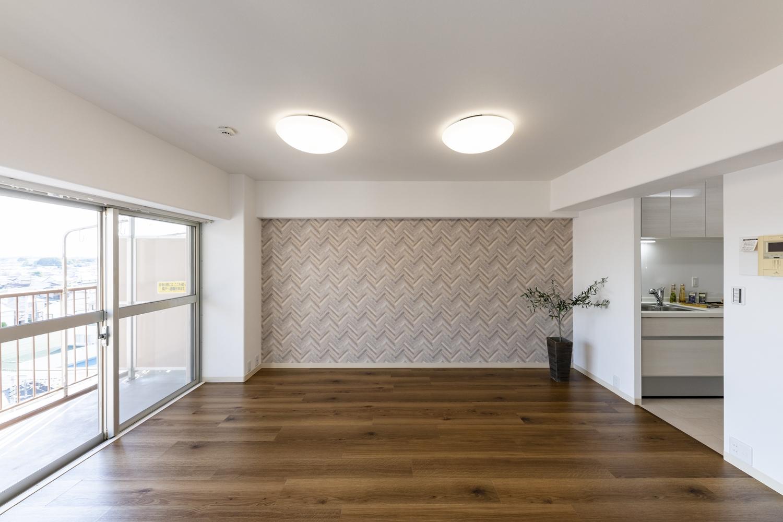天然木の素材感が特徴的なオークの風合いをリアルに表現したビニル床タイルを、既存の床に上張りしました。ナチュラルで温かみのある空間に生まれ変わりました♪