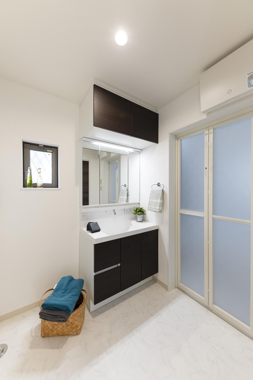 サニタリールーム/洗面化粧台の上にキャビネットを設置しました。 洗面化粧台上部の空間をムダなく活用できます!