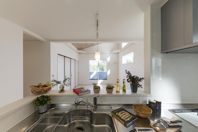 キッチンからリビング全体を見渡せて、お子様にもすぐ目が届くので安心してお料理ができます。