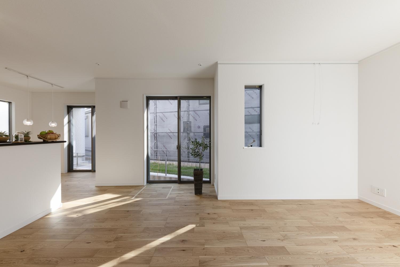 しっかりした木目、特徴的な柾目の斑紋が正統を印象づける「オーク」のフローリングがナチュラルな空間を演出します。