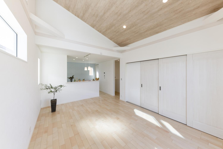 2階LDK/キッチンから、リビング、ダイニングが見渡せる、開放的で一体感のある間取り。